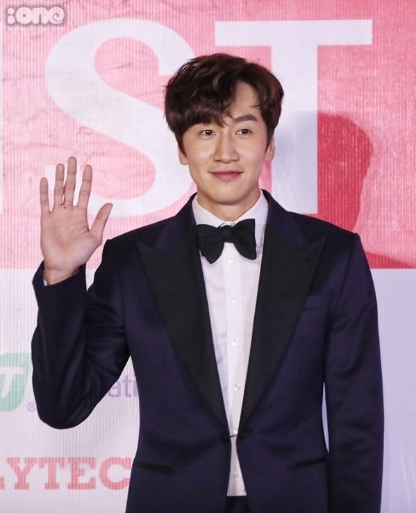 Lee Kwang Soo diện vest bảnh bao.