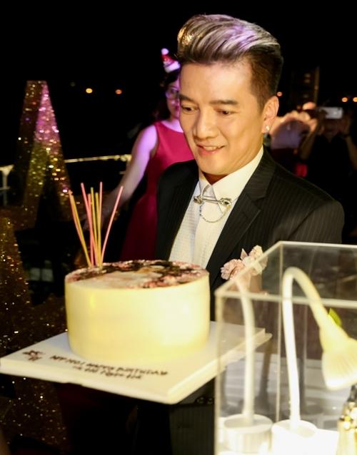 Đàm Vĩnh Hưng cũng có mặt ở bữa tiệc của Hồ Ngọc Hà. Anh được giao mang bánh kem lên sân khấu và mời chủ nhân bữa tiệc thổi nến.