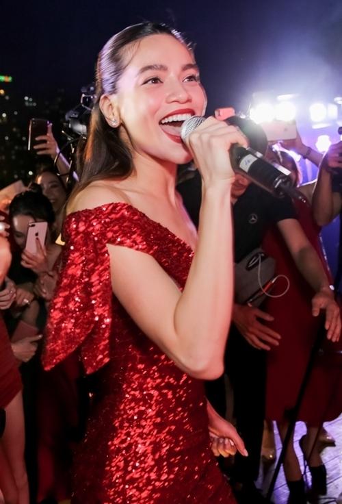 Hồ Ngọc Hà nhảy sung, không quên cầm mic hát tặng mọi người.