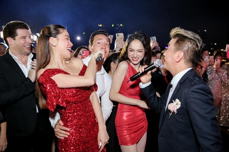 Kim Lý cũng nhiệt tình nhập cuộc bằng cách hát theo.