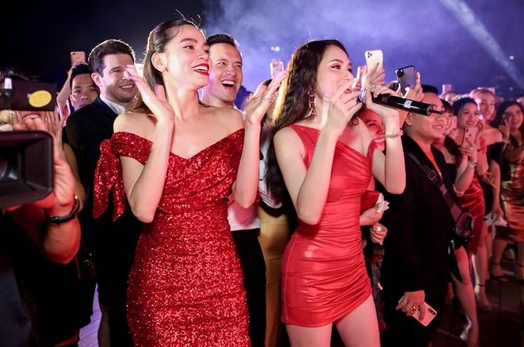 Phần tiệc bằng âm nhạc phía sau được mọi người cùng chờ đón. Khi Đàm Vĩnh Hưng, Hương Giang thay phiên nhau hát mừng sinh nhật, Hồ Ngọc Hà và Kim Lý quẩy nhiệt tình theo.