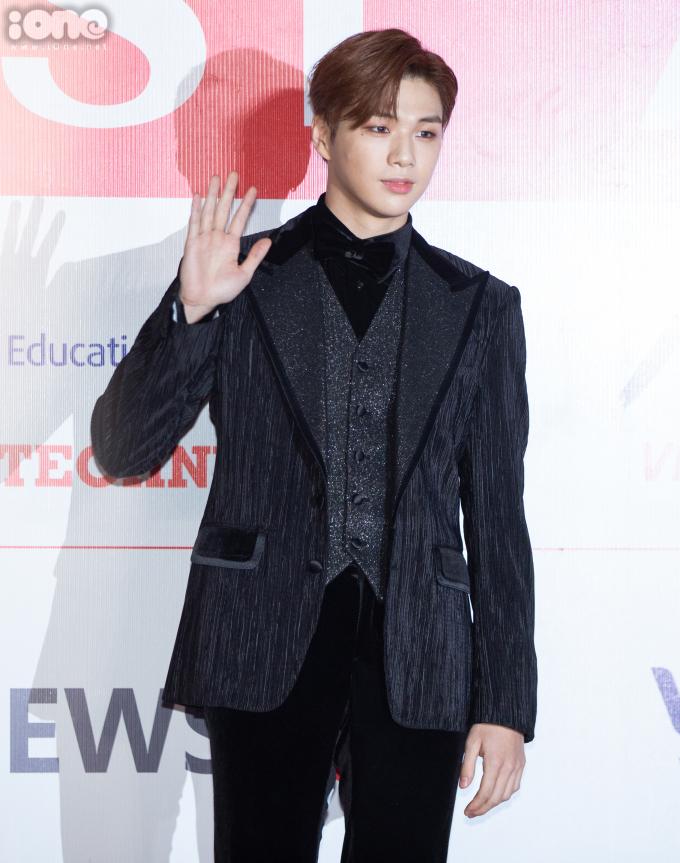 <p> Kang Daniel mặc suit bảnh bao nhưng không hề nhàm chán cũng nhờ biết nhấn nhá bằng đồ lấp lánh.</p>