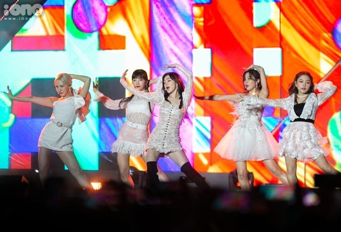 Red Velvet trình diễn Zimzalabim và Umpah Umpah. Girlgroup SM cũng ẵm Daesang tại AAA với giải Song of the Year. Chúng tôi luôn nói với fan rằng chúng tôi sẽ trình diễn những sân khấu mang lại hạnh phúc cho các bạn. Chúng tôi rất biết ơn và sẽ tiếp tục theo đuổi điều này. Đây là Daesang đầu tiên của nhóm từ khi ra mắt. Chúng tôi sẽ làm việc chăm chỉ và đền đáp các bạn bằng những bài hát và màn trình diễn hay.