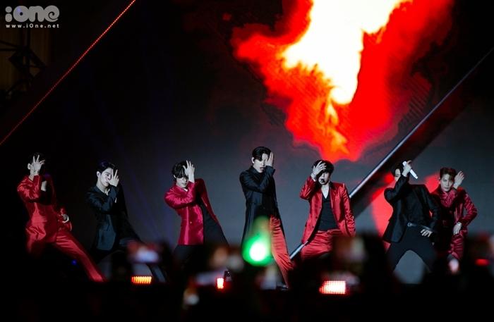 GOT7 hớp hồn khán giả bởi những sân khấu công phu, khoe vũ đạo bắt mắt. Ảnh: Tùng Đinh.