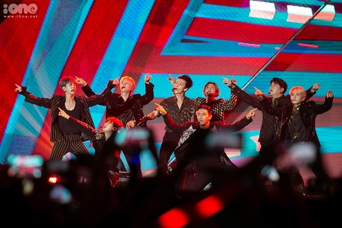 Super Junior chứng minh đẳng cấp của một nhóm nhạc lão làng. Boygroup nhà SM trình diễn liền tù tì 4 ca khúc, trong đó bản hit vang bóng một thời Super Junior khiến khán đài sân vận động Mỹ Đình như vỡ tung. Ảnh: Tùng Đinh.