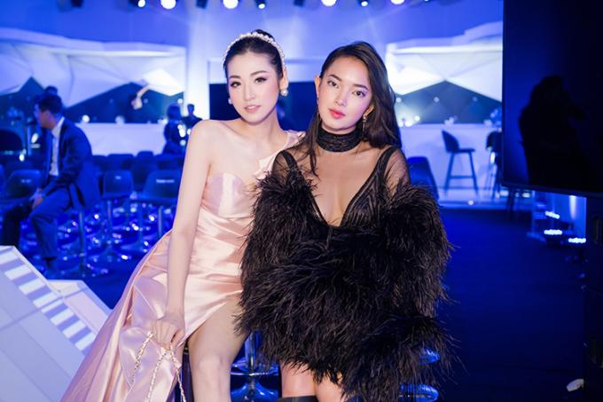 Tú Anh rất vui vẻ khi gặp gỡ hotgirl Châu Bùi tại sự kiện vì hai người chơi khá thân chung trong một nhóm bạn.