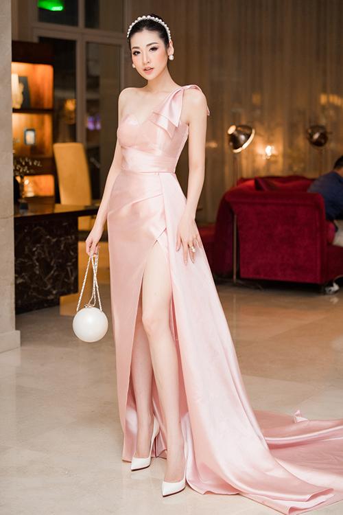 Tối qua 26/11, người đẹp Tú Anh đã xuất hiện tại một sự kiện về công nghệ diễn ra tại thủ đô. Á Hậu như thường lệ, diện chiếc đầm dài thướt tha khoe tối đa vẻ đẹp của hình thể.