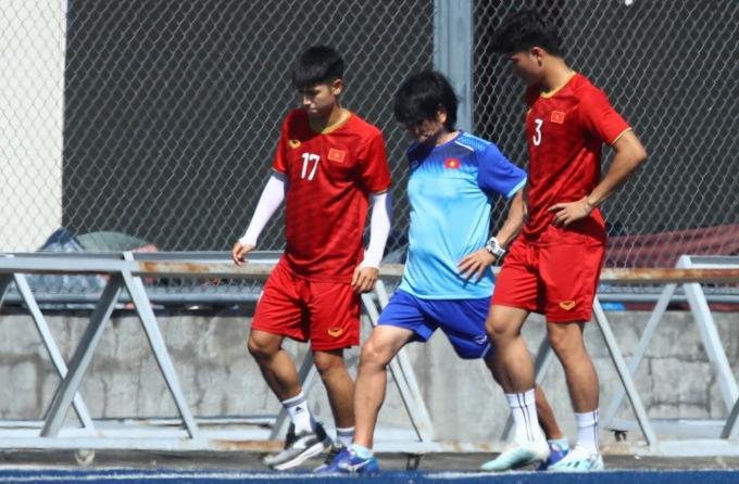 <p> Trọng Hùng và Tấn Sinh thi đấu năng nổ ở trận gặp Brunei. Sau trận, cả hai được chẩn đoán chấn thương nhẹ và phải tập riêng cùng bác sĩ Choi.</p> <p> 15h chiều 28/11, ĐT U22 Việt Nam gặp ĐT U22 Lào trên sân Binan, Philippines.</p>