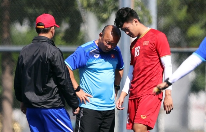 <p> HLV Park Hang-seo hỏi thăm tình hình chấn thương Thành Chung. Ở trận gặp Brunei hôm 25/11, Đức Chinh đánh đầu ghi bàn nhưng BTC xác nhận bàn thắng cho Thành Chung. Tiền vệ CLB Hà Nội cũng khẳng định bàn thắng là của Đức Chinh.</p>