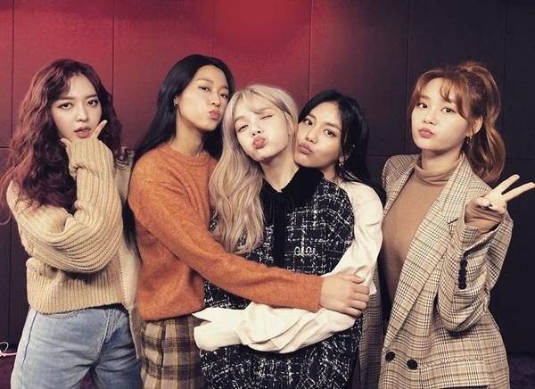 Các cô gái AOA thân thiết bên nhau mừng mini-album mới New Moon phát hành.