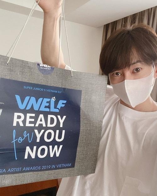 Eun Hyuk (Super Junior) khoe quà nhận được từ các fan Việt khi đến Hà Nội dự AAA. Anh viết: Cảm ơn và yêu các bạn nhiều. Thành viên Ye Sung cũng đăng video biển lightstick trên sân Mỹ Đình và khen ngợi : Hôm nay cậu ngầu nhất đấy #Vietnam #ELF.
