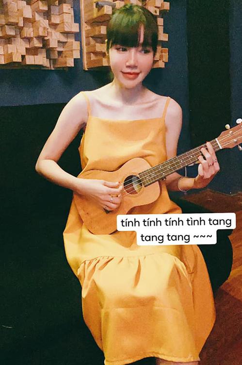 Elly Trần rảnh rỗi ngồi ôm đàn ukulele hát nghêu ngao.