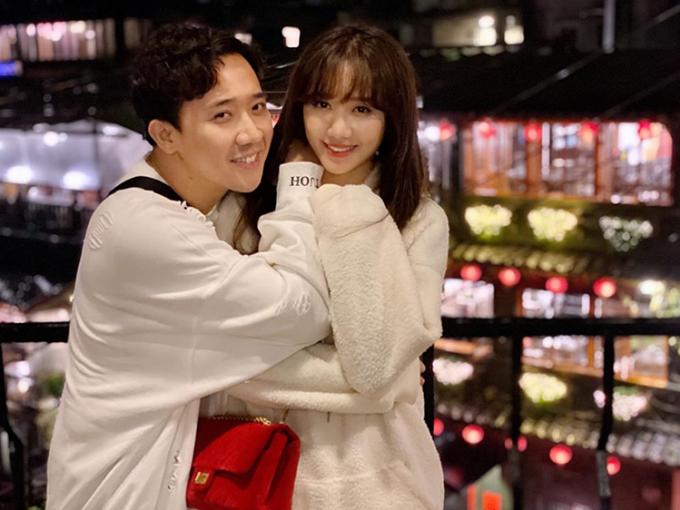 Hai vợ chồng Trấn Thành - Hari Won tình cảm hết cỡ trong chuyến đi Đài Loan cùng hội bạn thân.