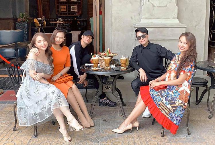 Quỳnh Nga gợi cảm ra phố uống cà phê cùng hội bạn showbiz như Lã Thanh Huyền, Vân Hugo...