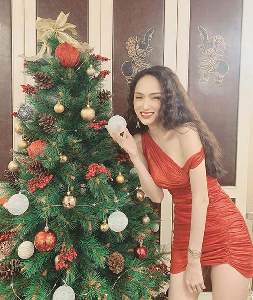 Hương Giang cười tít mắt đón Noel sớm.