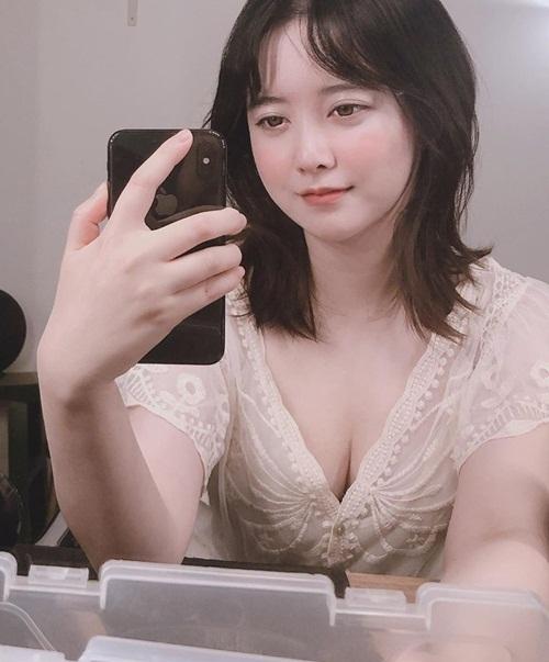 Goo Hye Sun bất ngờ khoe vòng một căng đầy với kiểu váy xẻ ngực sâu. Sau scandal ly hôn Ahn Jae Hyun, nữ diễn viên dành nhiều thời gian nghỉ ngơi và tăng cân thấy rõ.