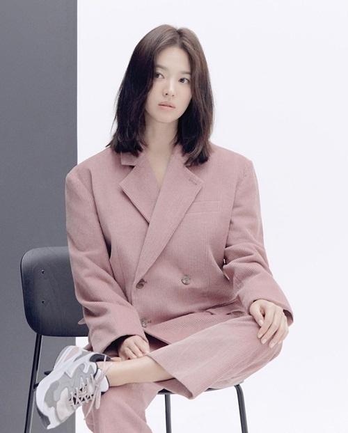 Song Hye Kyo trang điểm sương sương khoe vẻ trẻ trung.