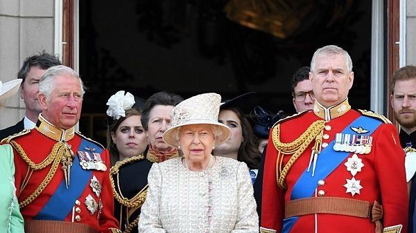 Hoàng tử Andrew (phải) và  Thái tử Charles (trái) là hai con trai của Nữ Hoàng.