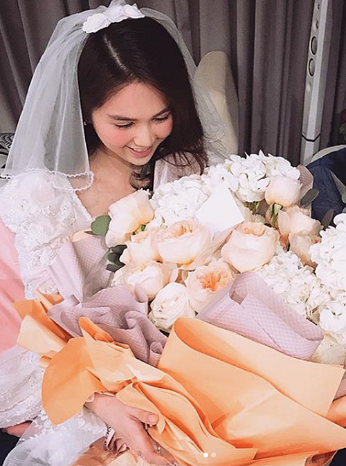 Dịp Valentine 2019 trùng ngày vía Thần tài, Ngọc Trinh được bạn trai tặng một bó hoa to kèm 3 cây vàng. Thời điểm đóng phim Vu quy đại náo hồi đầu năm, bạn trai tuy không đến trường quay nhưng thường xuyên gọi điện hỏi thăm Ngọc Trinh.