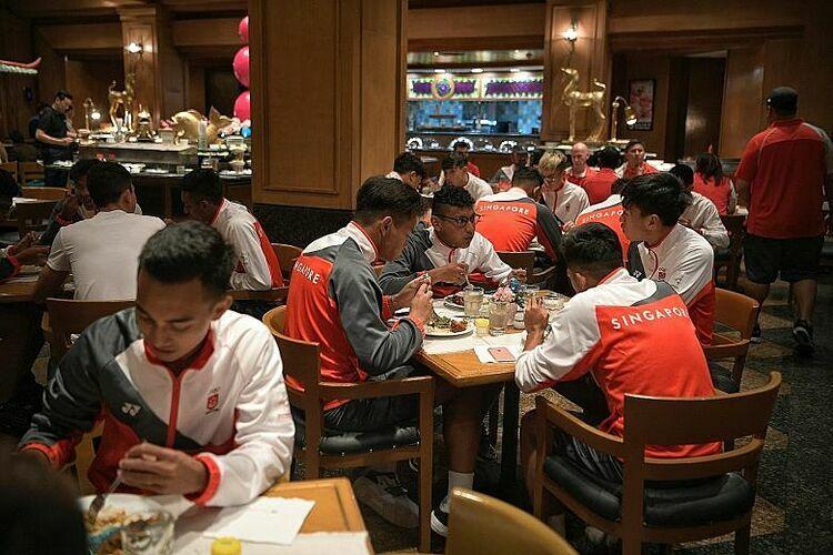 Các tuyển thủ Philippines dùng bữa tối ở SEA Games 30. Ảnh: Straitstimes.