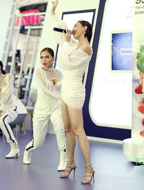 Tóc Tiên góp mặt trong sự kiện mới diễn ra ở TP HCM với phong cách gợi cảm. Nữ ca sĩ diện chiếc váy siêu ngắn, tôn lên đôi chân thon dài. Cô chiêu đãi khán giả với những ca khúc sôi động làm nóng không khí.