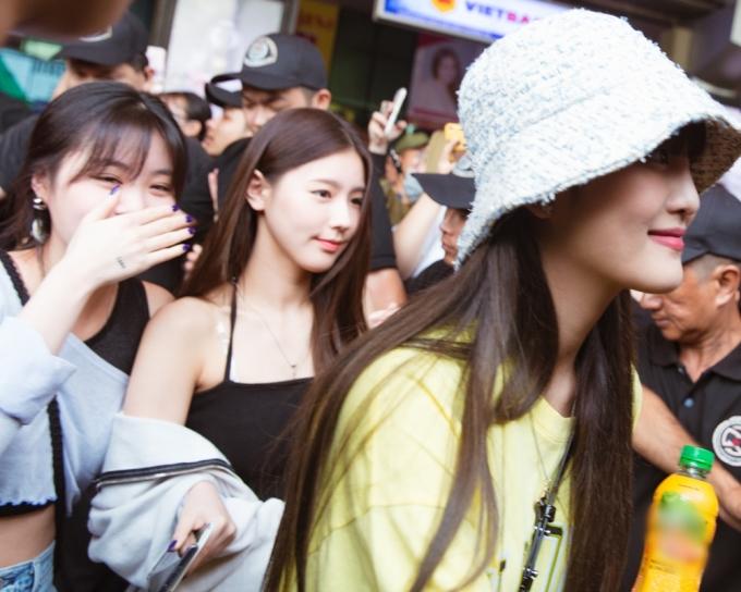 <p> Sau khi kết thúc lễ trao giải AAA tại Hà Nội, (G)I-DLE lên đường đến TP HCM. Khi hạ cánh xuống sân bay Tân Sơn Nhất, girlgroup nhà Cube được rất đông fan chào đón.</p>