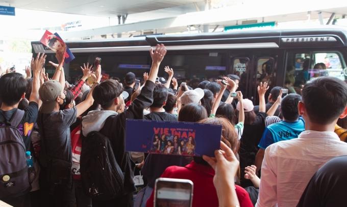 <p> Fan cầm slogan chào mừng (G)I-DLE đến Việt Nam.</p>