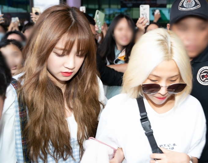 <p> Yuqi và So Yeon (đeo kính).</p>