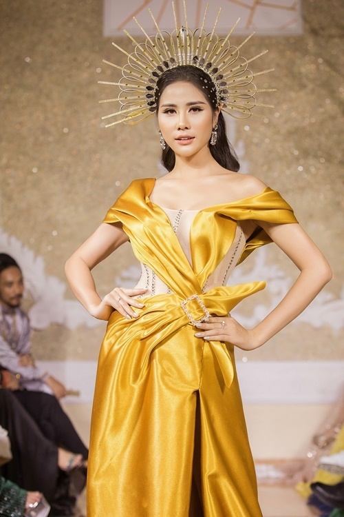 Cô giới thiệu thiết kế thứ hai. Kiểu dáng trần vai tôn xương quai xanh và vòng một đẫy đà của Hoàng Hạnh.