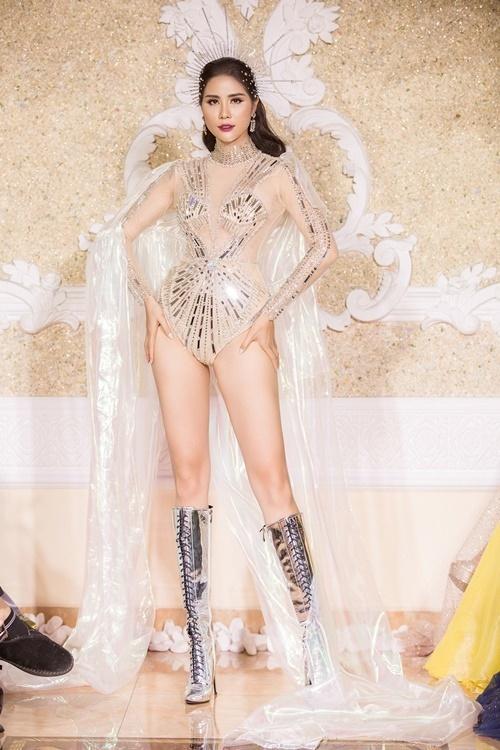 Hoàng Hạnh mở màn Power Fashion Showcủa NTK Nguyễn Minh Tuấn, tối 27/11. Á hậu Sắc đẹp châu Á diệnthiết kế jumpsuit xuyên thấu, đính đá khoe chân dài 115 cm.