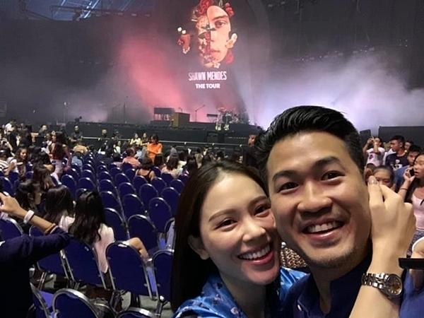 Linh Rin ôm Phillip và cùng selfie khi xem đêm nhạc của Shawn Mendes tại Singapore.