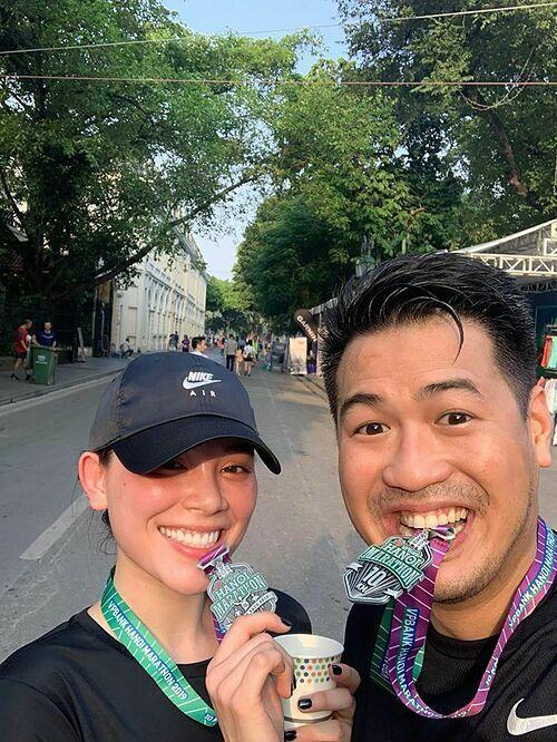 Cặp đôi có chung sở thích thể thao, đặc biệt là chạy. Dịp 20/10, cặp đôi đăng ký tham gia một giải marathon tại Hà Nội ở cự ly 10 km.