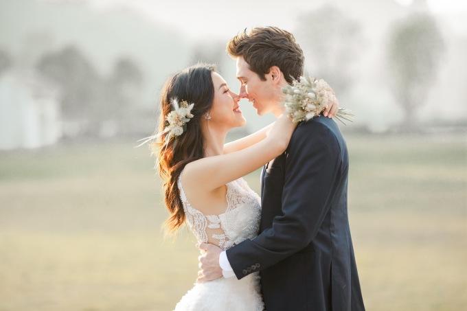<p> Hoàng Oanh xinh đẹp bên vị hôn phu.</p>