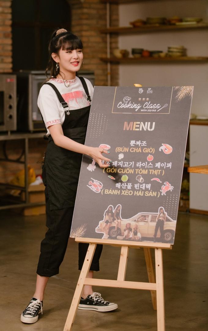 <p> Minnie đáng yêu bên cạnh menu chương trình.Cô nàng nhắng nhít, giao lưu bằng cả ba thứ tiếng: Anh, Hàn và Thái.</p>