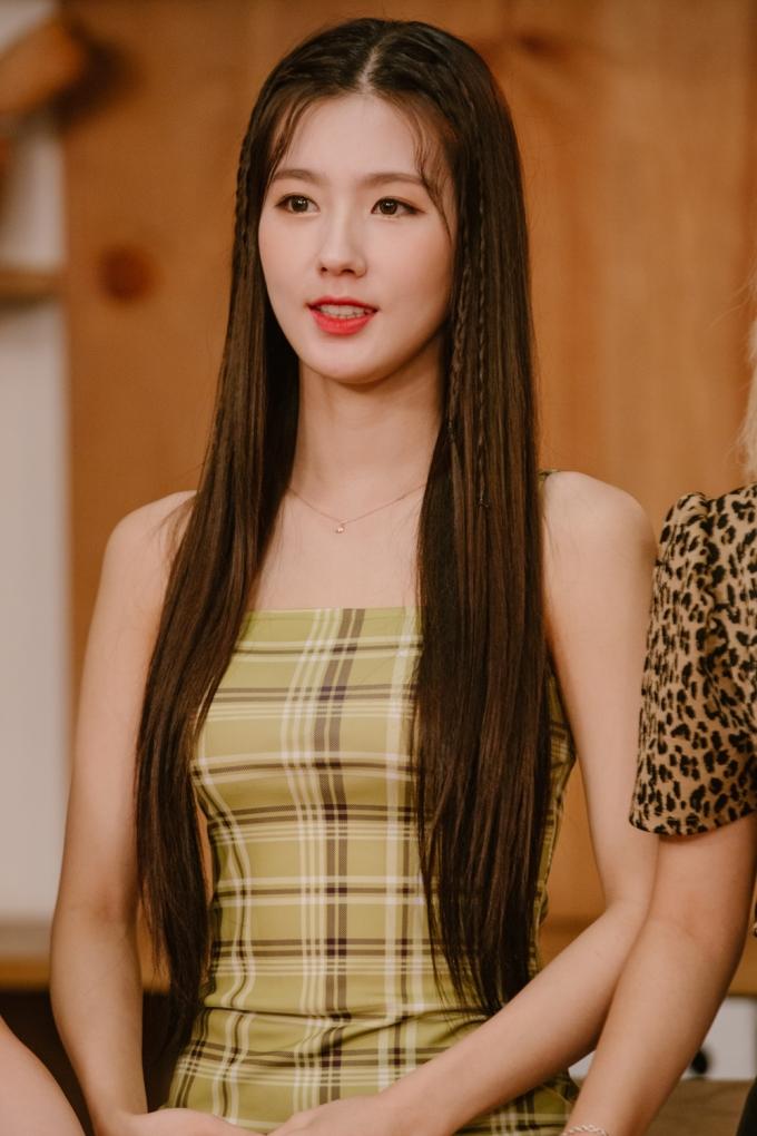 <p> Mi Yeon có nhan sắc xinh đẹp, nữ tính. Tại show, Mi Yeon có nhiệm vụ học cách làm từ bếp trưởng và hướng dẫn lại cho cả nhóm.</p>