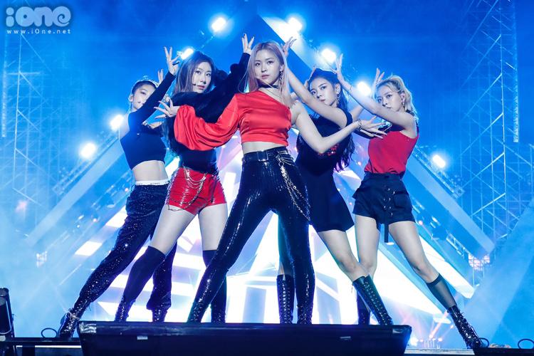 ITZY biểu diễn trên sân khấu AAA. Ảnh: Giang Huy.