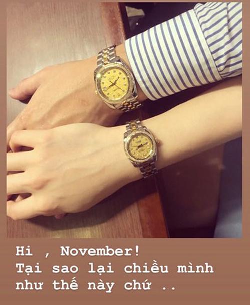Gần đây, Linh Rinkhoe cả hai đi sắm đồng hồ đôi. Người đẹp sinh năm 1993 trách yêu bạn trai: Tại sao lại chiều mình như thế chứ khi anh liên tục tặng cho cô những món quà đắt tiền.