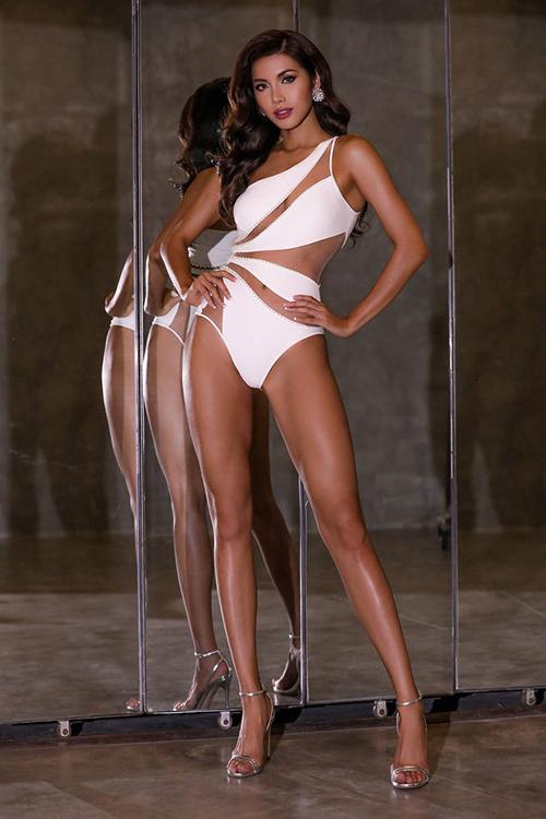 Minh Tú cũng từng diện trang phục này, tuy nhiên cô chọn tông màu trắng tôn lên làn da bánh mật.