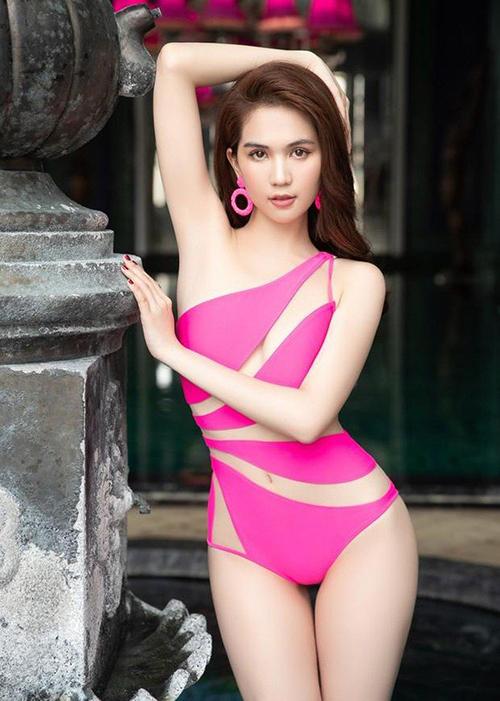 Ngọc Trinh mang thiết kế này lên Sa Pa chụp hình. Với vòng eo 56 cm, cô mặc áo tắm bị rộng và phải dùng kẹp giấy để cố định phía sau.