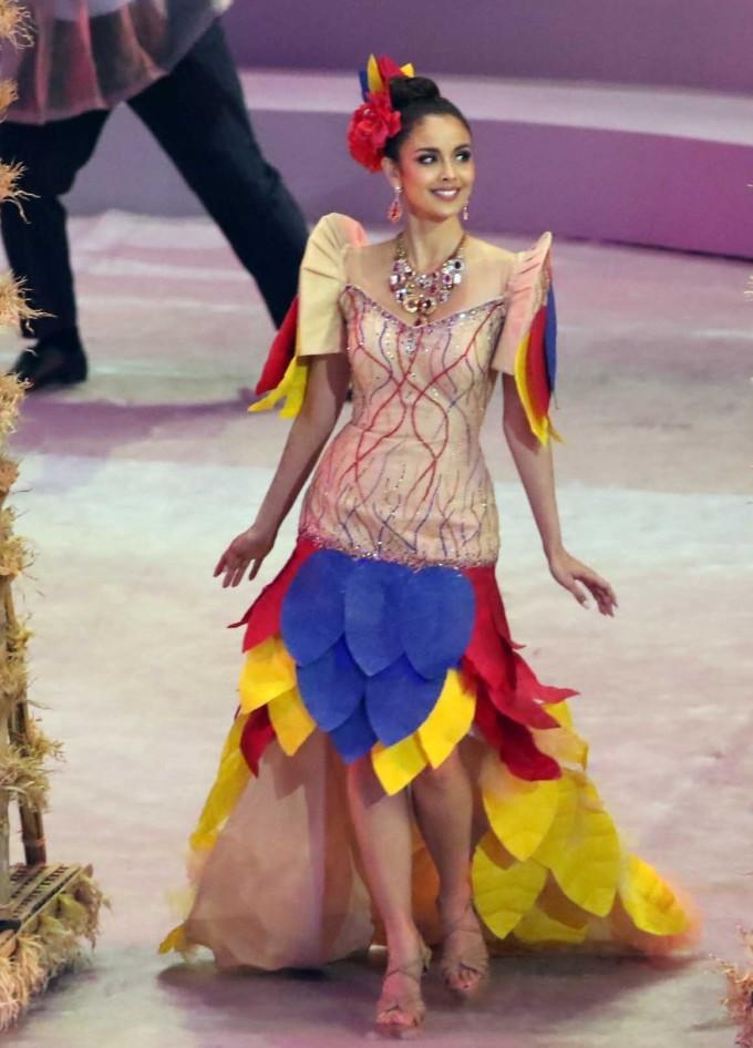 """<p> """"Nàng thơ"""" Megan Young dẫn đầu đại diện cho đoàn thể thao Indonesia, mở màn buổi diễu hành trong đêm khai mạc. Cô là hoa hậu người Philippines đầu tiên đăng quang đấu trường nhan sắc Miss World vào năm 2013. Megan cao 1,7 m, được yêu mến bởi vẻ đẹp lai. Cô là diễn viên, MC thành công tại quê nhà.</p>"""