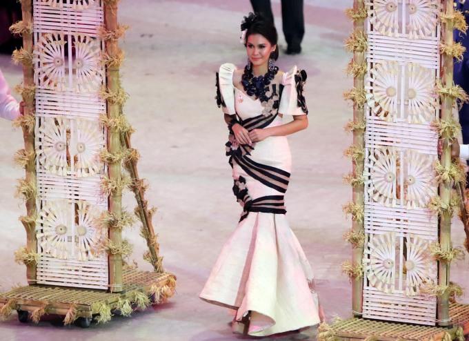 <p> Angelia Ong đồng hành cùng đoàn Thái Lan, cô đăng quang tại đấu trường Miss Earth 2015.</p>