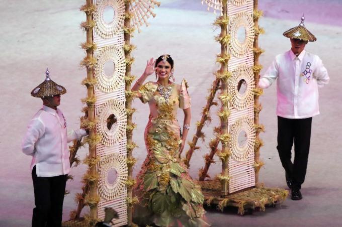 """<p> Trong số những người đẹp, nổi bật nhất là Pia Wurtsbach trong vai trò dẫn đầu đoàn thể thao của nước chủ nhà. Pia từng đăng quang tại cuộc thi Hoa hậu Philippines và trở thành Hoa hậu Hoàn vũ năm 2015. Cô là Hoa hậu Hoàn vũ """"nổi tiếng bất đắc dĩ"""" khi trong đêm chung kết hoa hậu được phát sóng trực tiếp toàn cầu, MC đã thông báo Hoa hậu đến từ Colombia đăng quang, sau đó phải đính chính nhầm lẫn và gỡ vương miện trao lại cho Pia.</p>"""