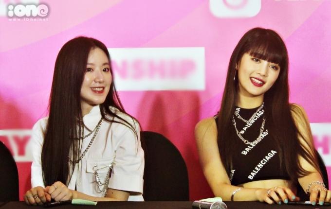<p> Shu Hua (trái) gây ấn tượng bởi làn da trắng bóc. Minnie có phong cách cá tính ma mị trên sân khấu nhưng rất gần gũi ở ngoài đời. <em>Ảnh: Habi Jung.</em></p>