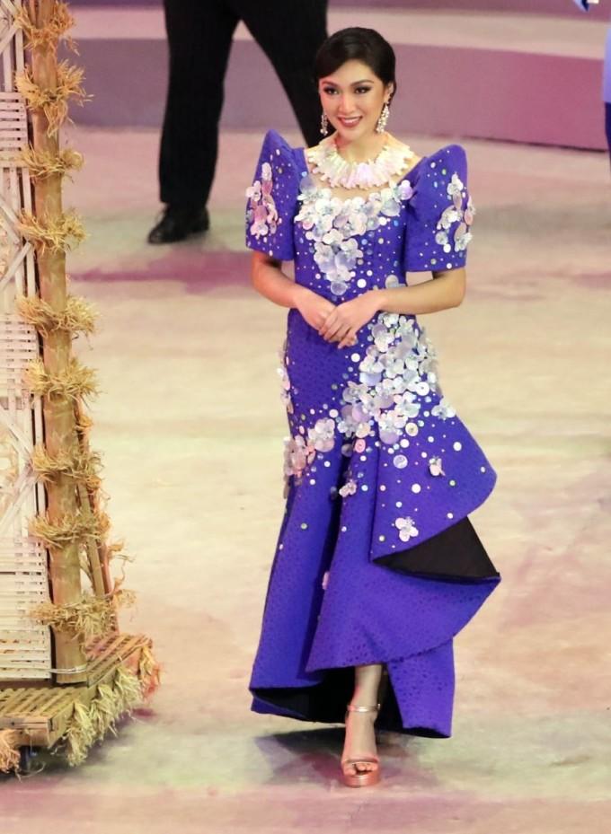 """<p> Karen Ibasco mang hai dòng máu Philippines và Trung Quốc. Cô đăng quang ngôi vị cao nhất tại Miss Earth 2017. Mỹ nhân là """"nàng thơ"""" đại diện cho đoàn thể thao Myanmar.</p>"""
