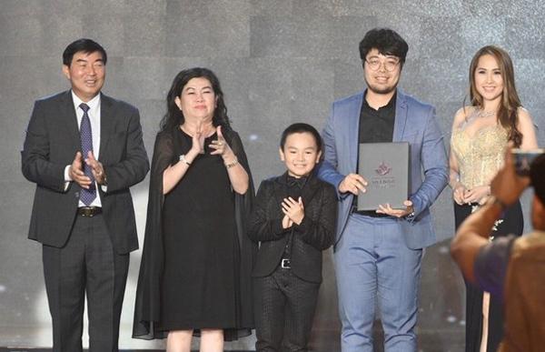 Bà Dung Bình Dương (váy đen) cùng bé Hữu Khang, đạo diễn Đinh Tuấn Vũnhận giải ở LHP Việt Nam 2019.
