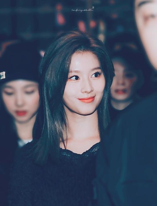 Hình ảnh Sana khoe tóc mới tại sân bay ngày 25/11 gây bão cộng đồng Once. Trong 2019, Sana thường xuyên gắn liền với hình ảnh tóc hồng, tóc vàng... . Diện mạo mới của cô nàng gây bất ngờ đối với người hâm mộ.