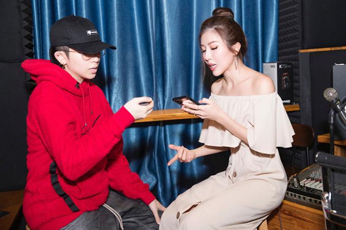 Gil Lê học rap tiếng Pháp cùng Trang Pháp ở phòng thu.