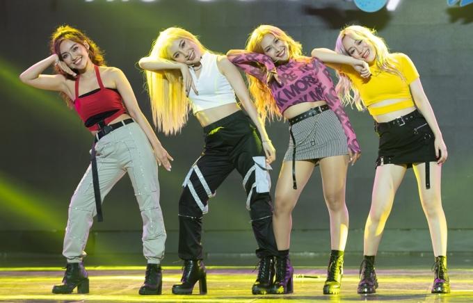 <p> Girlgroup LipB cũng có sân khấu ra mắt đầu tiên với màn diễn live<em> Đớp thính chưa nà?.</em></p>