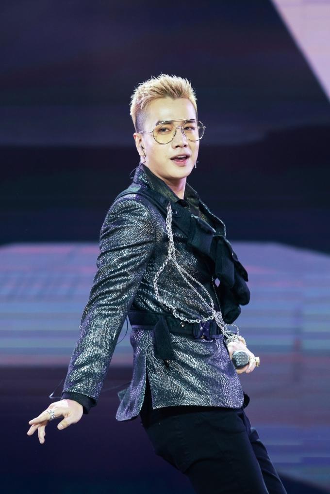 <p> Lou Hoàng khuấy động sân khấu với hai ca khúc <em>Yêu em dại khờ</em> và <em>Là bạn không thể yêu.</em></p>