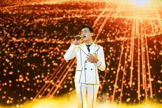 <p> Phan Duy Anh mang đến sân khấu <em>Từng yêu</em> da diết, khoe giọng hát ngọt ngào.</p>